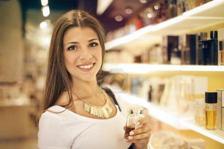 Photo pour Jeune femme dans un magasin de parfum - image libre de droit