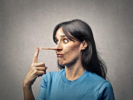 Photo pour Femme avec un nez aussi long que celui de Pinocchio - image libre de droit