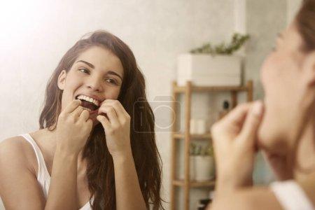 Photo pour Jeune femme brune utilise ses dents - image libre de droit