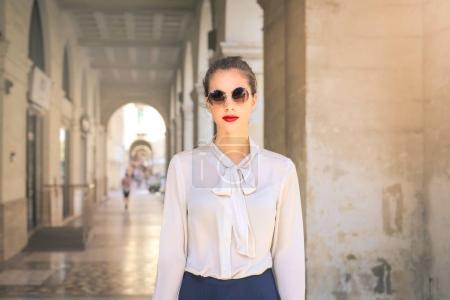 Stylische Frau mit Sonnenbrille in der Stadt