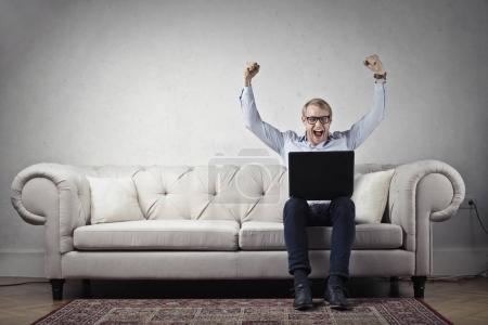 Photo pour Homme d'affaires avec ordinateur portable sur le canapé - image libre de droit