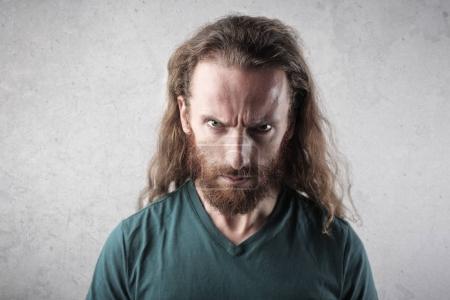 Mann mit wütendem Gesicht