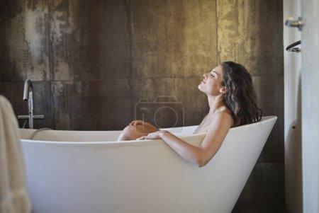 Photo pour Fille ayant un bain - image libre de droit