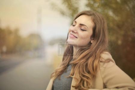 Foto de Retrato de una niña sonriente al aire libre - Imagen libre de derechos