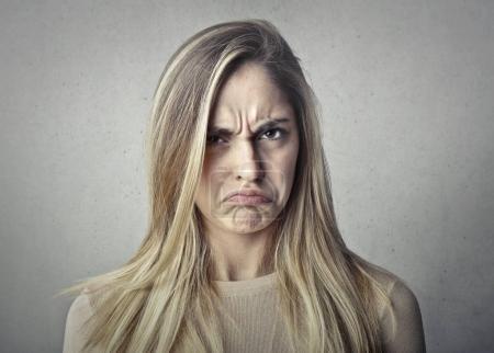 Photo pour Fille blonde avec une expression en colère - image libre de droit