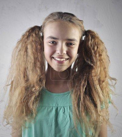 Foto de Retrato de niña sonriente con el pelo rizado - Imagen libre de derechos