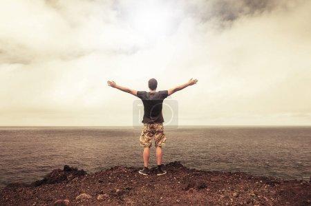 Photo pour Concept de réussite et de liberté. Personne libre reconnaissante devant un ciel lumineux - image libre de droit