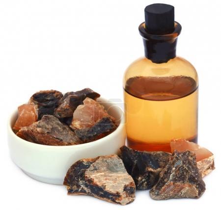 Photo pour Encens cerceau à l'huile essentielle, une résine aromatique naturelle utilisée dans les parfums et les encens - image libre de droit