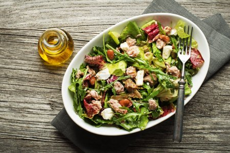 Tuna salad with lettuce and beans