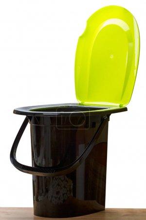 Photo pour Seau de toilette en plastique avec couvercle sur fond blanc - image libre de droit