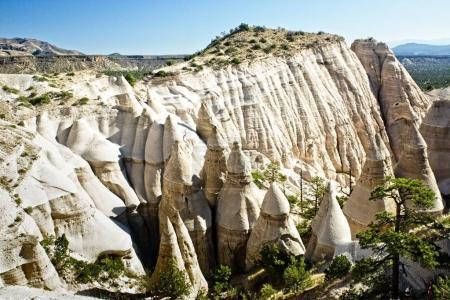 Photo pour Des formations rocheuses érodées inhabituelles soulignent le monument national de Tent Rocks au Nouveau-Mexique . - image libre de droit
