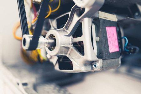 Photo pour Moteur de machine à laver avec rouleau à courroie - image libre de droit