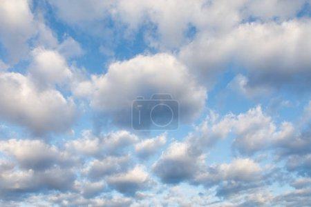 Photo pour Nuages sur le ciel bleu à jour ensoleillé - image libre de droit