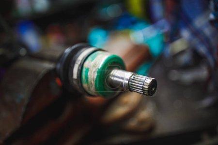 Photo pour Réparation des joints Cv à vitesse constante dans l'ancien garage - image libre de droit