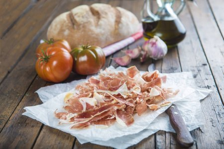 Ham with bread, tomato, garlic and olive oil