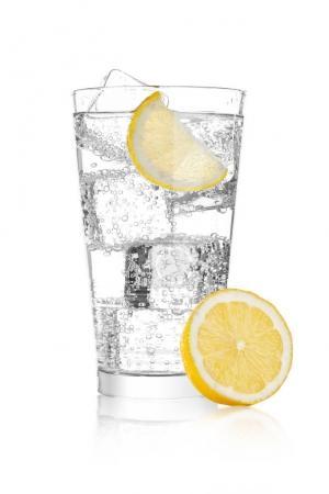 Photo pour Verre d'eau gazeuse soda boisson limonade avec glace et citron vert tranche sur fond blanc - image libre de droit