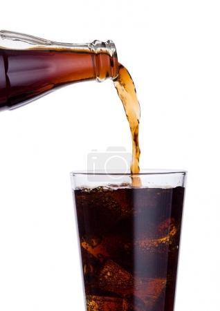 Photo pour Battante cola soda boisson bouteille de verre avec des glaçons sur fond blanc - image libre de droit