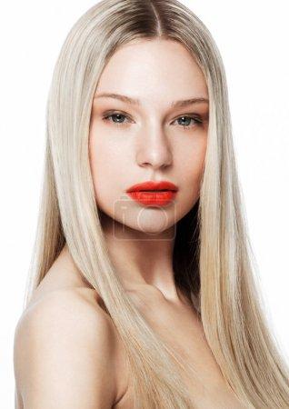 Photo pour Beauté mode modèle portrait avec brillant coiffure blonde avec des lèvres rouges sur fond blanc - image libre de droit