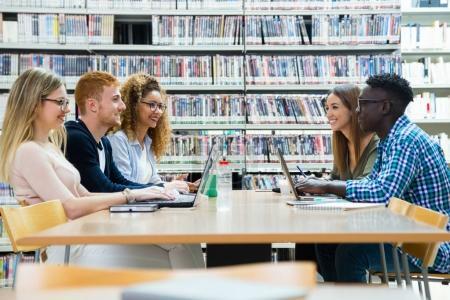 Photo pour Portrait de groupe d'amis étudiant dans une bibliothèque de l'Université. - image libre de droit