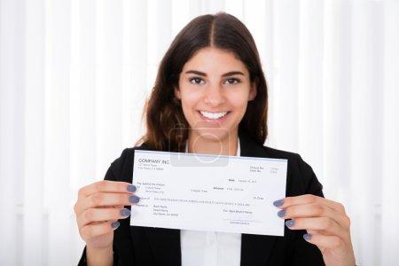 Photo pour Montrant le chèque sur le bureau dans le Bureau d'affaires prospère - image libre de droit