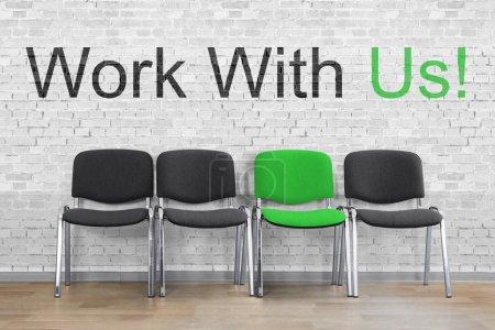 Photo pour Travailler avec nous écrit avec des chaises vides en ligne. Concept de ressources RH - image libre de droit