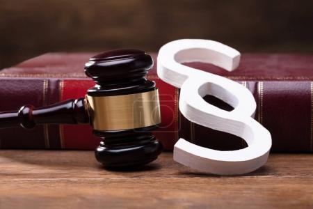 Photo pour Gros plan du grand symbole blanc de paragraphe, Mallet et livre de loi sur la table en bois - image libre de droit