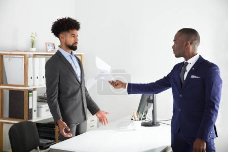 Insatisfait des jeunes africains patron Document donnant à l'employé au lieu de travail