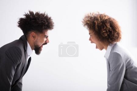 Photo pour Gros plan de deux Angry Young Business Partner criant à l'autre au bureau - image libre de droit