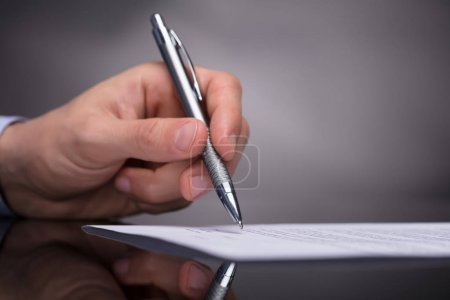 Photo pour Photo de main de homme d'affaires signature de Document avec stylo - image libre de droit