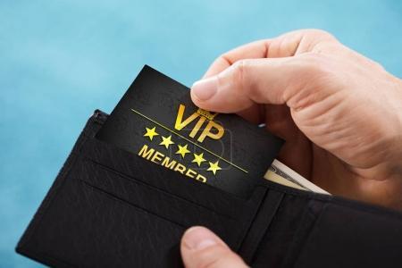Photo pour Gros plan de la main d'une personne retirer une carte membre Vip de portefeuille - image libre de droit