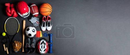Photo pour Une vue aérienne de différents équipements de sport sur fond gris - image libre de droit