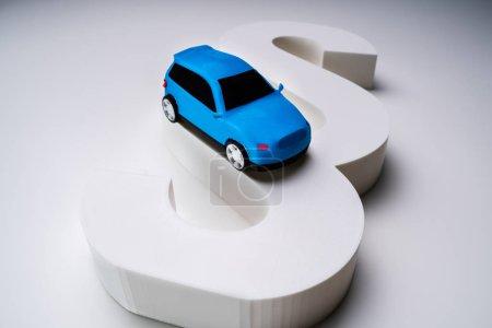 Photo pour Vue à grand angle d'un modèle de voiture miniature bleu sur un panneau paragraphe blanc isolé - image libre de droit