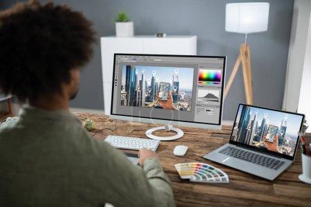 Photo pour Gros plan de la main d'un concepteur retouche Photo sur ordinateur de bureau - image libre de droit