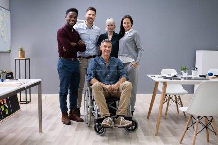 Photo pour Groupe De Heureux Entrepreneurs Multiraciaux Debout Au Bureau - image libre de droit