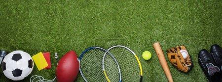 Photo pour Vue à angle élevé de divers équipements de sport sur herbe verte - image libre de droit