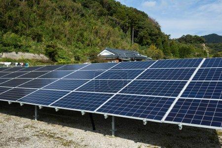 Foto de Paneles solares modernos en las montañas - Imagen libre de derechos