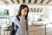 Žena trpí alergií na nos