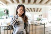 Žena pocit nevolnosti s znečištění ovzduší na venkovní