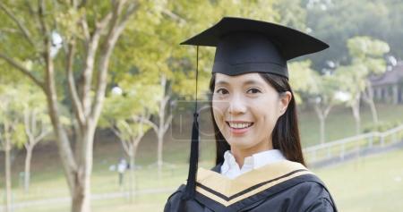 Photo pour Jeune femme obtenir son diplôme - image libre de droit