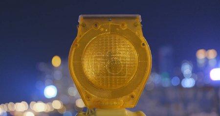 Foto de Seguridad PRECAUCIÓN amarillo claro en la ciudad de noche - Imagen libre de derechos