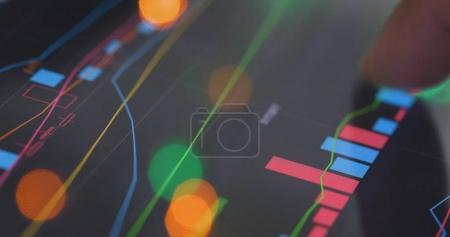 Photo pour Vérification des données boursières graphique d'information à l'écran - image libre de droit