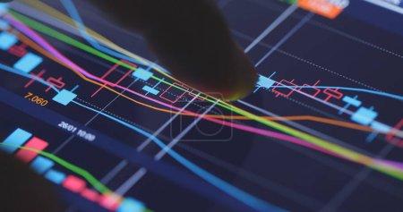 Photo pour Finger touch sur le graphique du marché boursier - image libre de droit