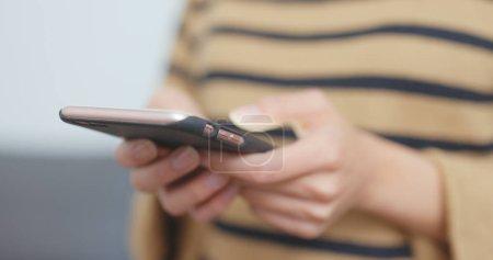 Photo pour Femme à l'aide de téléphone portable - image libre de droit