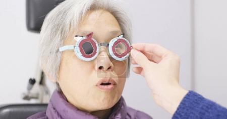 Photo pour Femme âgée subissent un test oculaire - image libre de droit