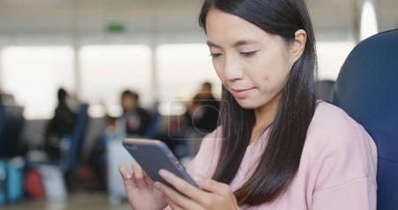 Photo pour Femme utilisant un téléphone portable sur le ferry - image libre de droit