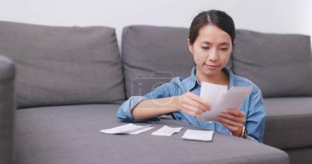 Photo pour Femme calculer l'utilisation de la vie quotidienne à la maison - image libre de droit