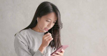 Photo pour Femme parlant sur place gratuite avec téléphone portable - image libre de droit