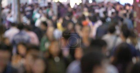 Photo pour Vue floue des gens marchant dans la rue - image libre de droit