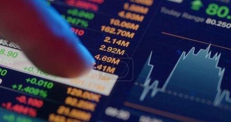 Photo pour Analyse boursière sur tablette numérique - image libre de droit