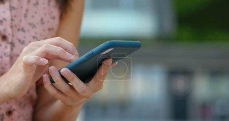 Photo pour Gros plan sur l'utilisation du téléphone portable par les femmes à l'extérieur - image libre de droit